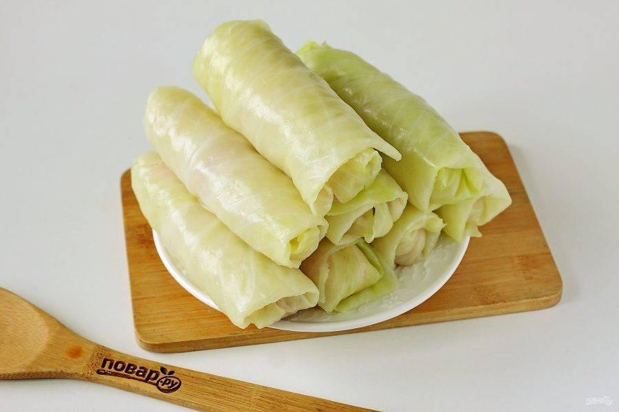 Таким образом заверните все сосиски с сыром в капустные листья.