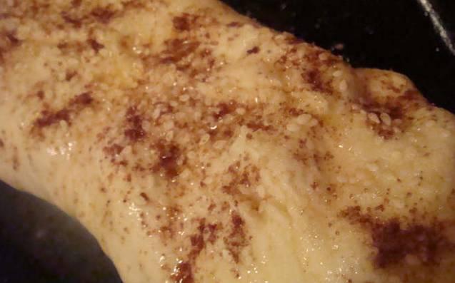 Кладем штрудель на противень смазанный маслом. Сверху смазываем его яйцом, присыпаем кунжутом и сахаром.
