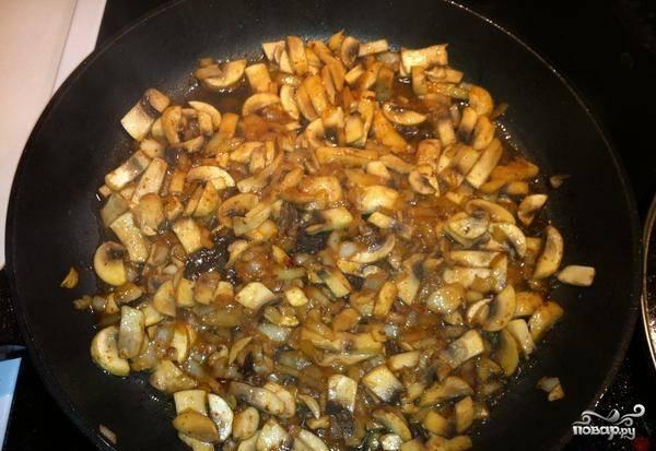 Обжарьте лук на сковороде в масле около двух минут. Далее добавьте грибы. Жарьте 5 минут, а потом влейте вино.