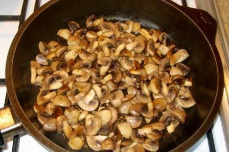 Обжарьте шампиньоны на сковороде почти до готовности. Соль и перец по вкусу.