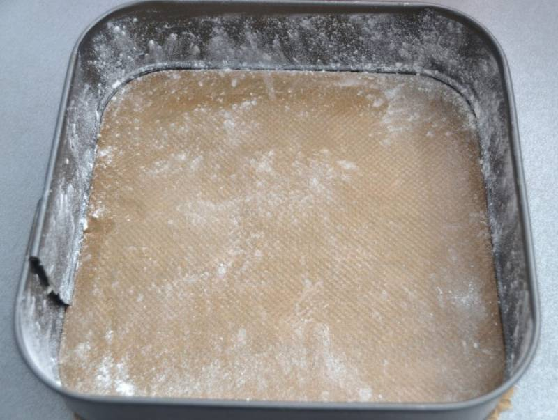Подготовьте форму для выпечки, смазав маслом и присыпав слегка мукой, излишки муки стряхните.