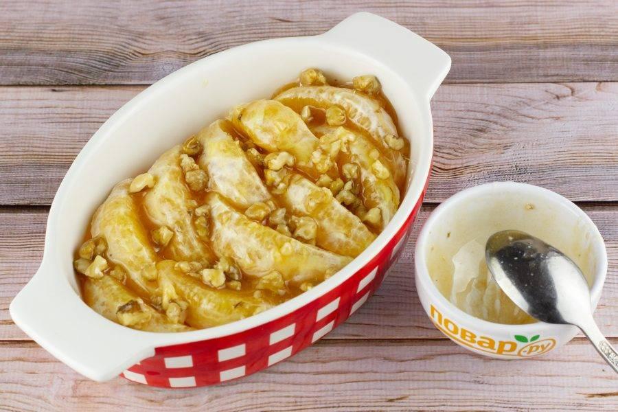 Выложите медовую массу на апельсины и поставьте запекаться на 15 минут при температуре 200 градусов.