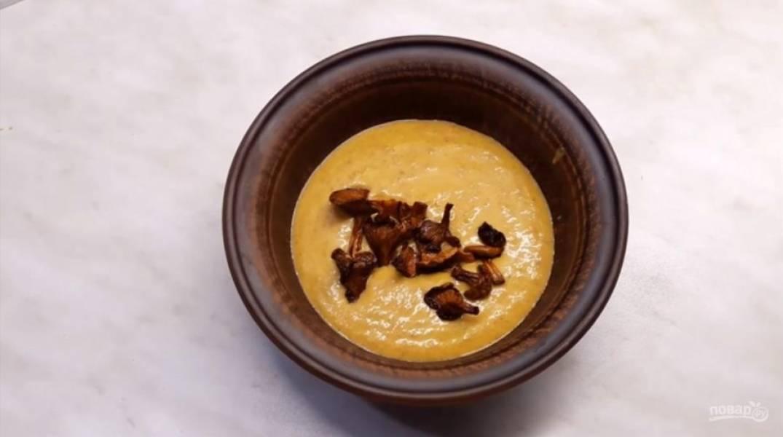 5. Оставшиеся лисички обжарьте на сливочном масле. Выложите суп в тарелку, сверху положите обжаренные лисички. Приятного аппетита!