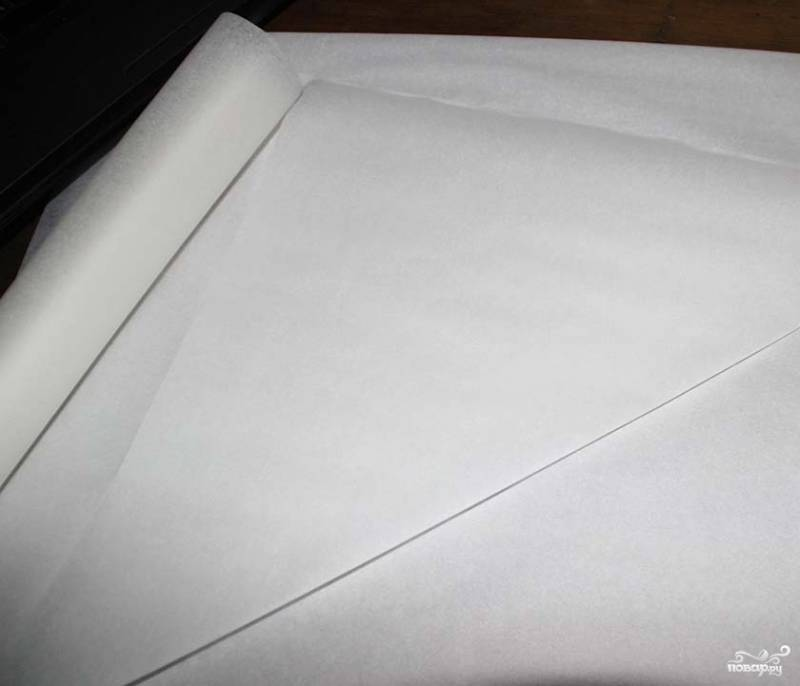 3. Чтобы нанести глазурь на наши заготовки для домика, нужно вырезать из пергамента (кальки) кондитерский пакет. Для этого отрежьте большой треугольник.