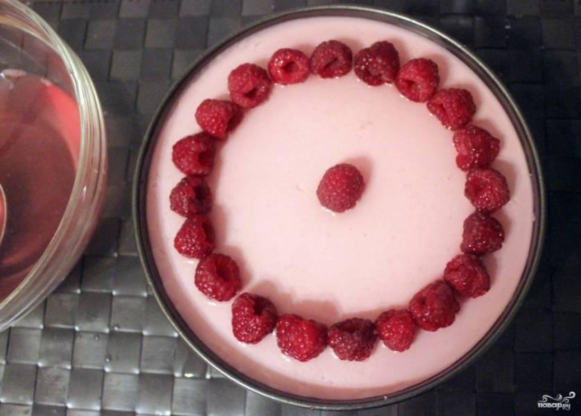 Достаньте торт. На застывший крем выложите узором ягоды. Сначала желе нанесите немного (3-4 столовые ложки), чтобы желе схватилось и ягоды не расплылись. Отправьте на 15 минут обратно в морозилку.