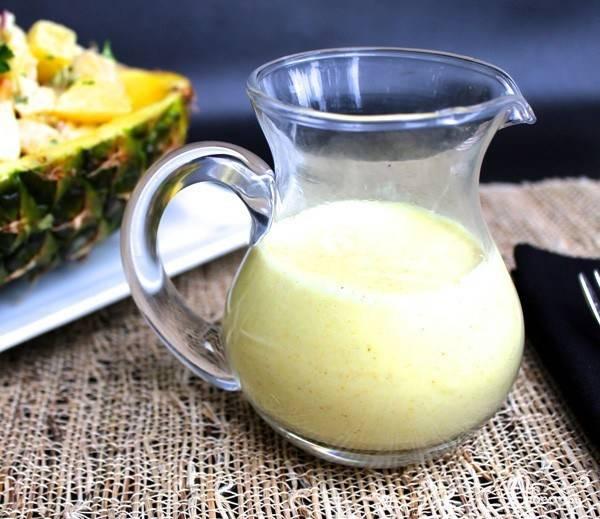 Главным акцентом этого салата является необыкновенный соус. Для его приготовления смешайте сок лимона и ананаса, с греческим йогуртом и майонезом. Добавьте к смеси мелко нарезанный чеснок и хорошенько перемешайте. Добавьте чайную ложку приправы карри, соль и перец по вкусу. Снова тщательно перемешайте соус. Смешайте получившуюся заправку с ингредиентами салата.