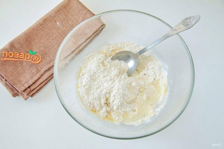Соедините воду, муку, щепотку соли и растительное масло.