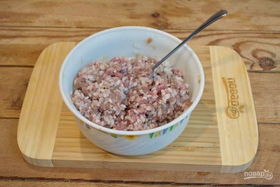 2. Мясной фарш ( лучше, если это будет смешанный фарш) выложить в миску. Добавить измельченный лук. В отдельной кастрюльке, в большом количестве воды, слегка отварите рис. Воду лучше присолить. Варить рис нужно 5-7 минут после закипания воды. Слейте воду. Рис остудите и добавьте к фаршу. Вымешайте фарш, добавив к нему соль, специи по вкусу.