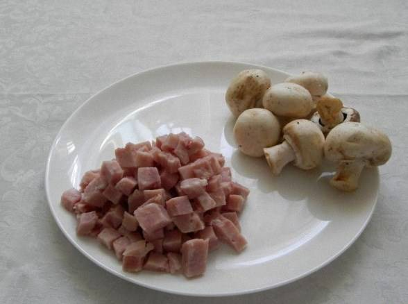 Режем кубиками ветчину и грибы.