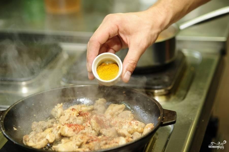 Затем кари и вливаем куриный бульон.