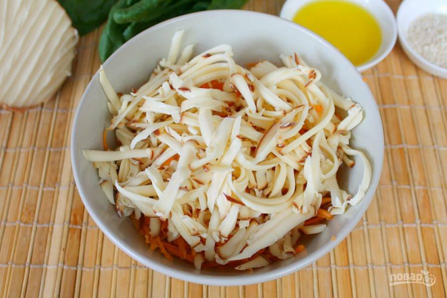 Колбасный сыр трем на крупной терке и добавляем к моркови.