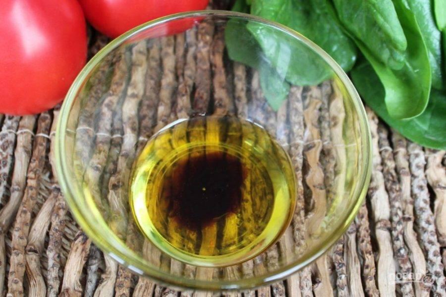 В пиалу наливаем оливковое масло, добавляем соль и бальзамический уксус.
