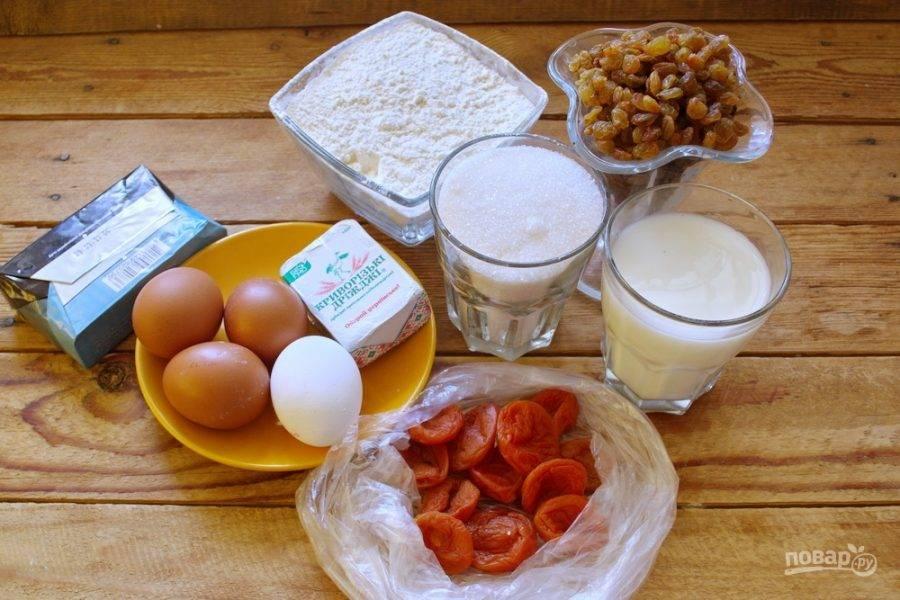 Для приготовления кулича возьмите: яйца, сахар, дрожжи, цукаты (или сухофрукты), муку, соль, масло сливочное, молоко, ванилин или ваниль.