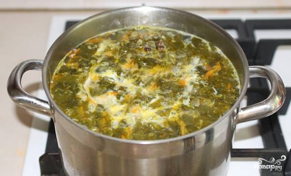 Добавляем специи, соль, лаврушку. После этого выливаем в супчик яичную смесь. Суп будет готов через 4 минуты. Приятного аппетита!