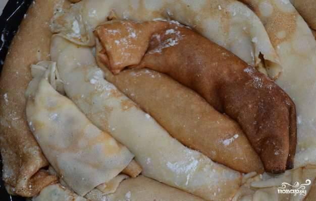 В смазаную сливочным маслом жаропрочную форму выкладывайте блинчики так, как показано на картинке. Они должны плотно прилегать друг к другу и занимать всю площадь формы.