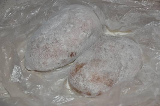 Картофель тщательно промываем, но не чистим. Слегка обсушиваем картошку, делаем в ней несколько проколов вилкой. Смешиваем в целлофановом пакете соль и муку. Кладем в пакет картофель и тщательно его встряхиваем, чтобы он побелел. Запекаем в микроволновке, в обычном режиме, примерно 30 минут.