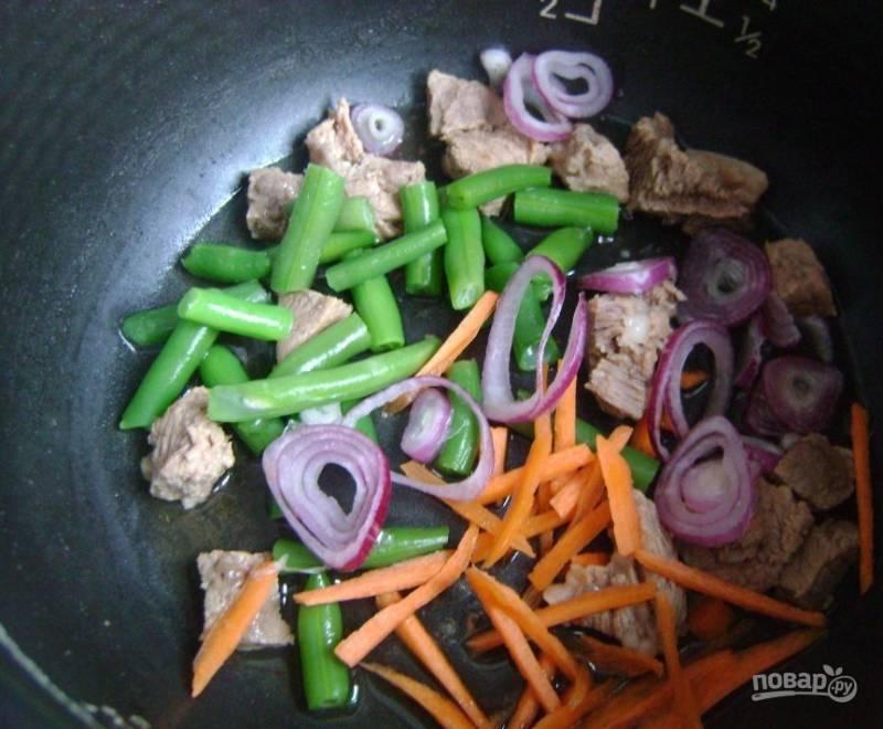 4. Отправляем овощи к мясу и жарим, периодически помешивая.