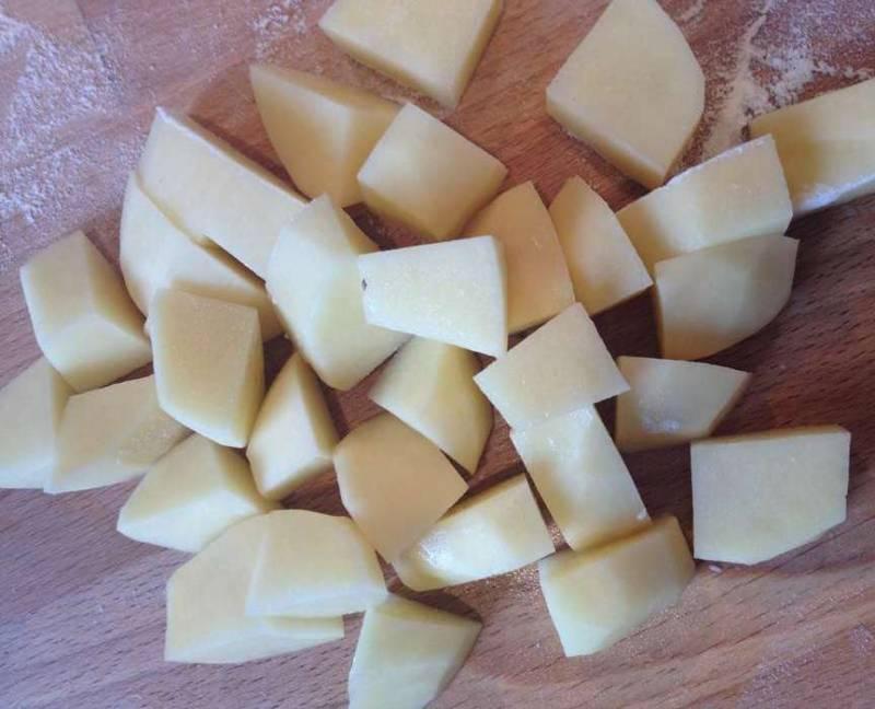 Добавить картофель, порезанный кубиками.