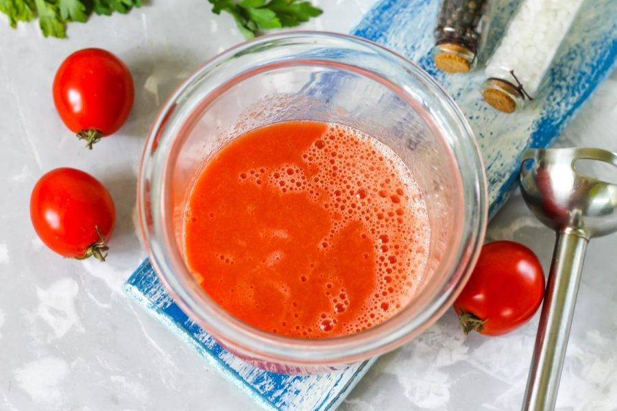 Отпюрируйте погружным блендером томатную мякоть, превращая ее в томатный сок.