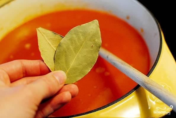 5. Для аромата рекомендую положить 1-2 лавровых листочка. Доведите до кипения, дополнительно подсолите по вкусу и добавьте хлопья перца чили.