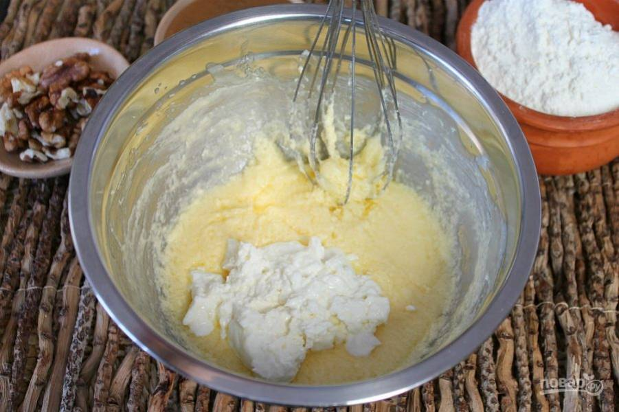 Кладем в тесто сметану или натуральный йогурт. Йогурт должен быть густым.