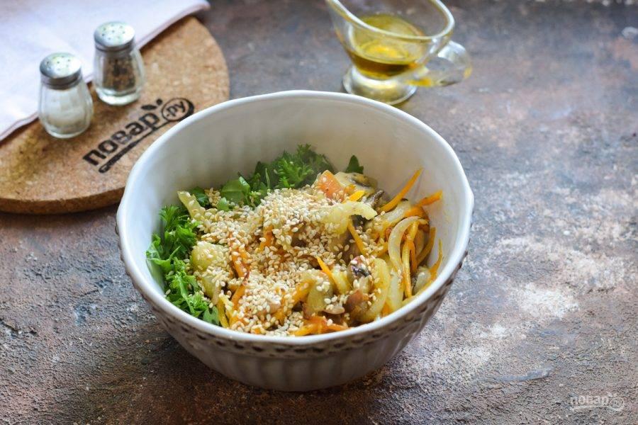 Соедините овощи и зелень, добавьте кунжут.