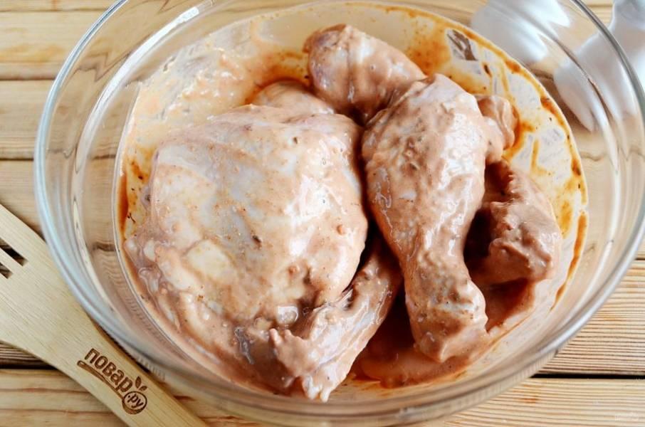 Замаринуйте курицу. Оставьте в холодильнике на 30 минут, не забудьте накрыть пищевой пленкой миску, чтобы не обветрилось мясо.