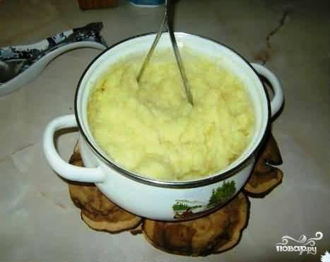 Из картофеля тем временем делаем самое обычное пюре.