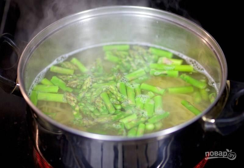4. За 2 минуты до готовности пасты бросьте спаржу в воду с макаронами.