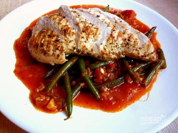 8. Вот и все, курица с фасолью в томатном соусе в домашних условиях готова, блюдо можно подавать к столу.  Приятного аппетита!