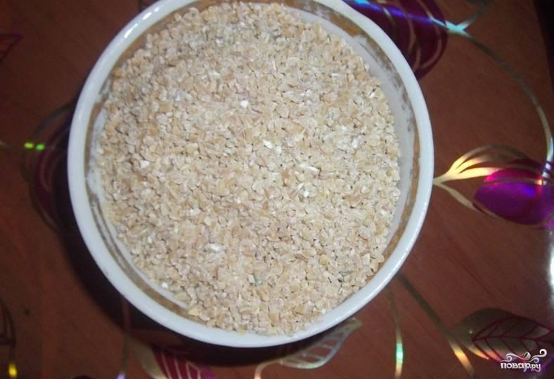 Пшеничную крупу тщательно промываем под водой.