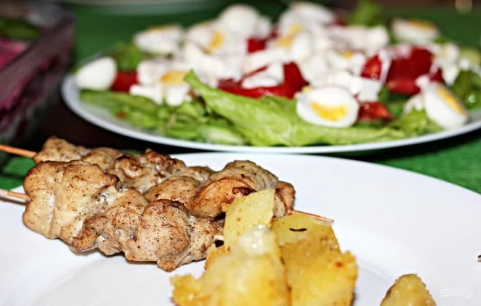 8.Готовый шашлык подаю сразу, пока он горячий, с картофельным гарниром и салатом, приятного аппетита!