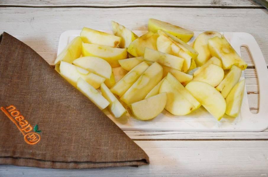 5. Яблоки нарежьте дольками.