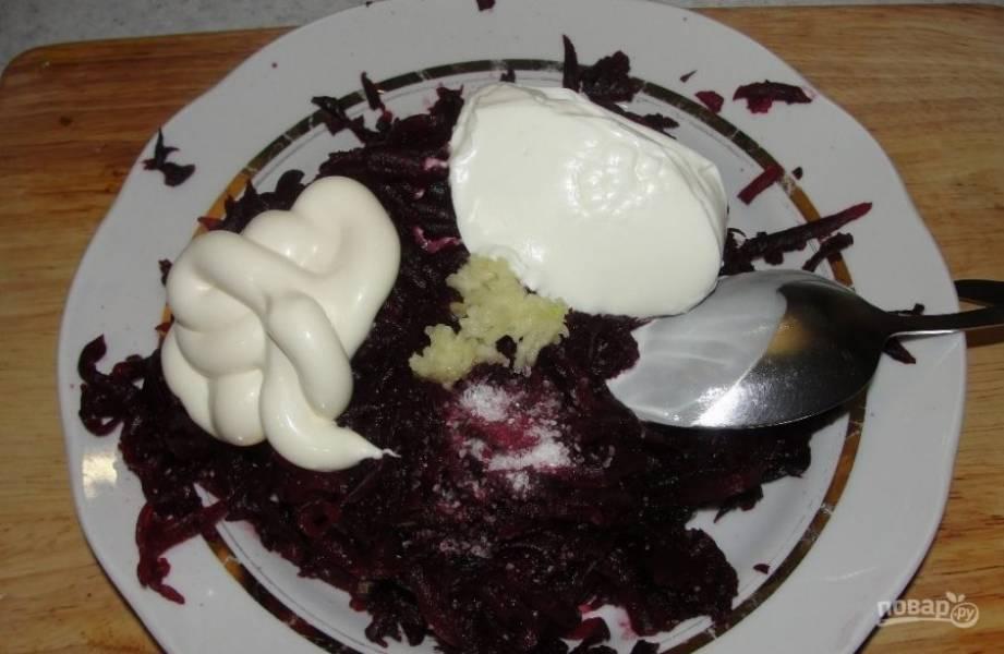 Заправьте салат майонезом и сметаной, посолите и поперчите по вкусу.