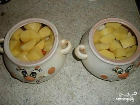 Картофель чистим и нарезаем на крупные куски или дольками, выкладываем его на морковь и лук.