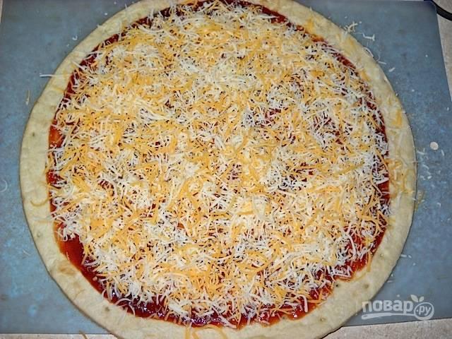 6.Мелко натрите моцареллу и чеддер, должно получиться около 1 стакана тертого сыра. Посыпьте смесью тертых сыров поверх соуса.