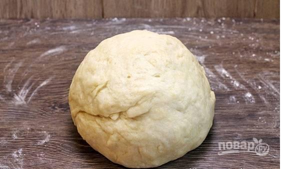 Вымешивать тесто нужно до тех пор, пока оно не станет эластичным и гладким. Сворачиваем тесто в шар, заворачиваем в пленку и отправляем в холодильник на один час.