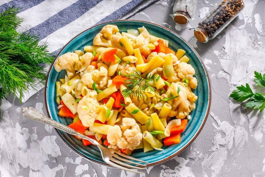 Выложите готовые овощи в тарелки, украсьте свежей зеленью и подайте блюдо к столу теплым. По желанию его можно дополнить сметаной или любым другим соусом.