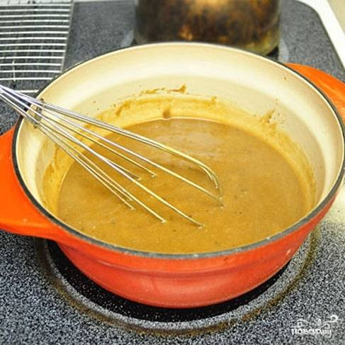 Увариваем соус до нужной консистенции на медленном огне.