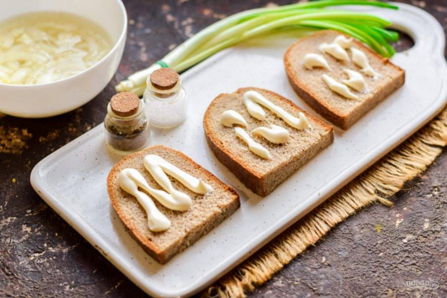 Хлеб нарежьте ломтиками и смажьте небольшим количеством майонеза.