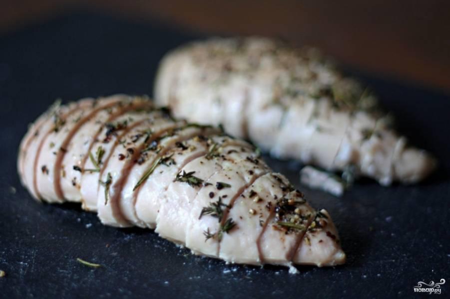 Пока варится рис, порежьте готовую курицу на кусочки.