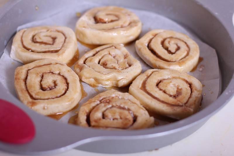 Отправьте в разогретую до 180 С духовку минут на 15. Следите за ароматом и ждите, когда булочки станут приятного золотистого цвета.