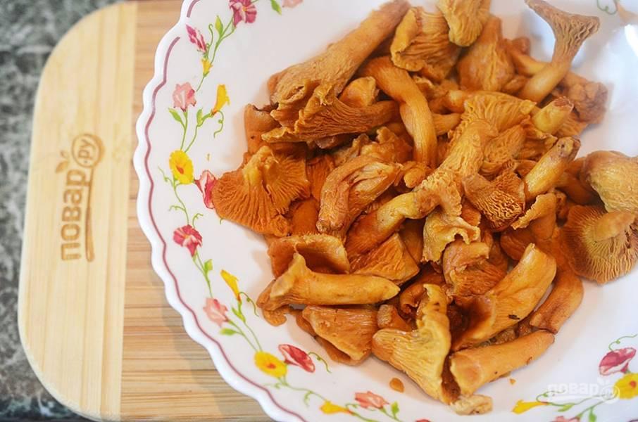 1. Лисички помойте. Если у вас замороженные грибы, то разморозьте их и отожмите жидкость.