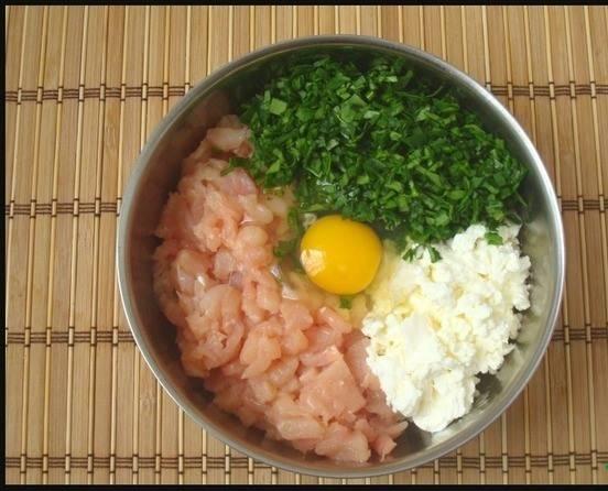 2. Мелко режем шпинат. Филе или через мясорубку пропускаем, или режем ножом мелко. Творог и яйца добавим в конце. Хорошо перемешаем.