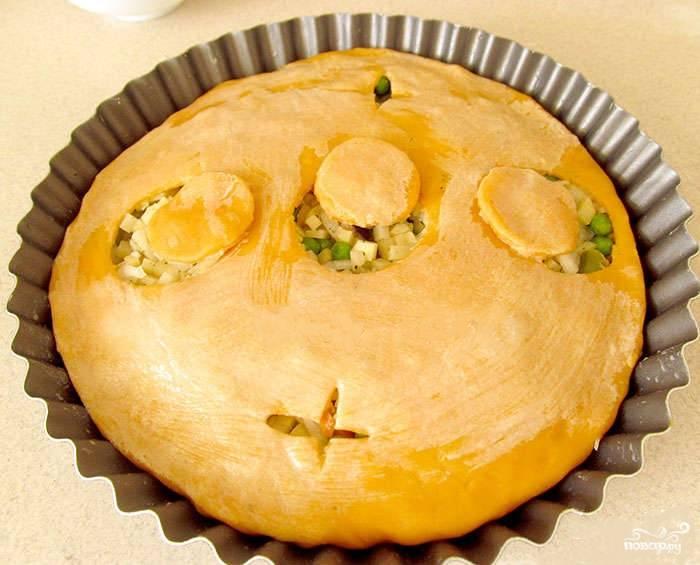 Выпекаем пирог ровно час. Температуру выставляем — 180 градусов. Можно проколоть пирог и проверить, готова ли начинка, если сложно понять кондицию блюда. Приятного аппетита!