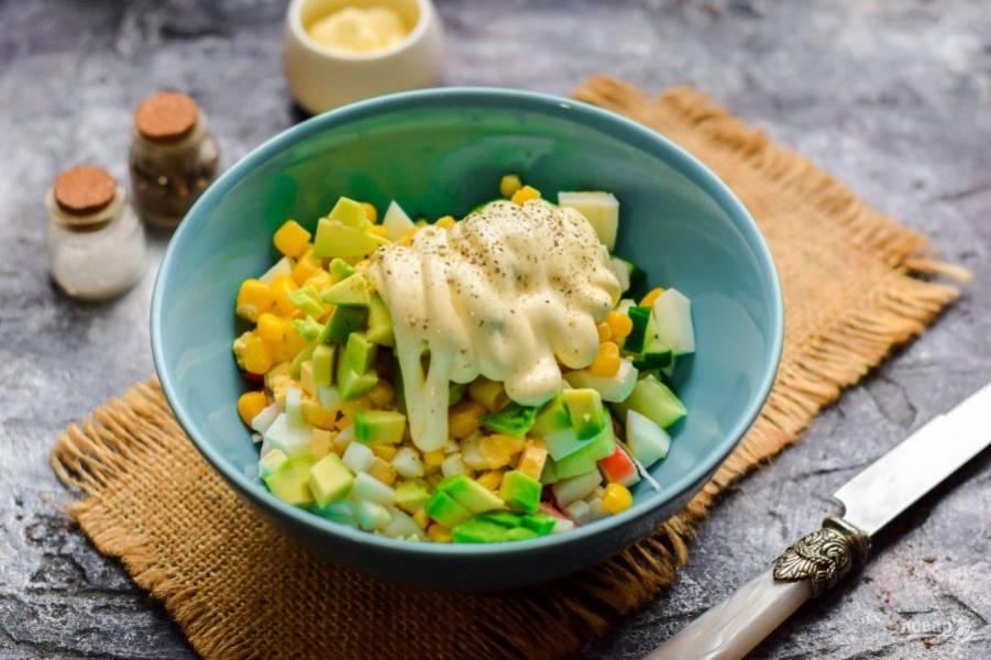 Заправьте салат майонезом, добавьте соль и перец по вкусу, перемешайте и подавайте к столу.