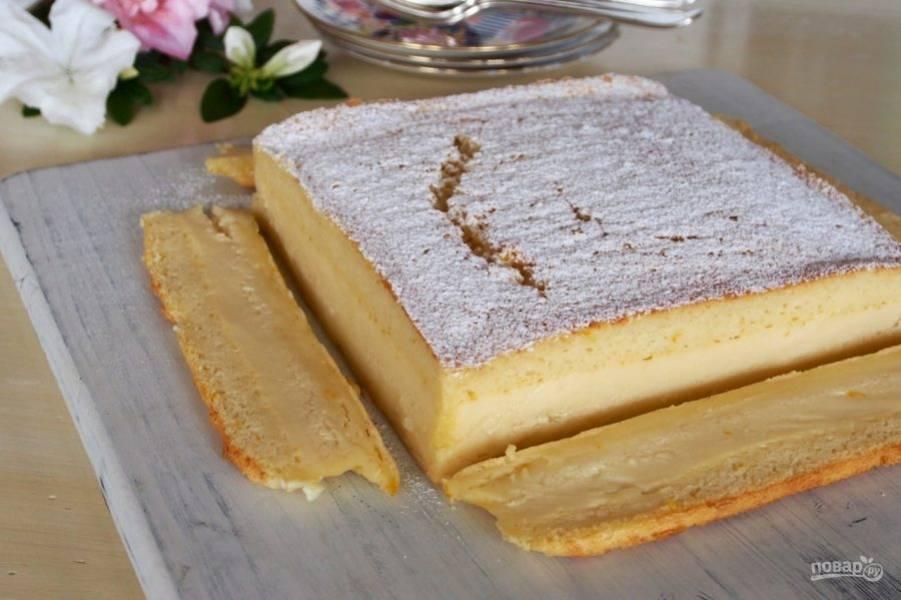 5.Полностью остывший торт достаньте из формы, украсьте его сахарной пудрой и при желании обрежьте неровные края.
