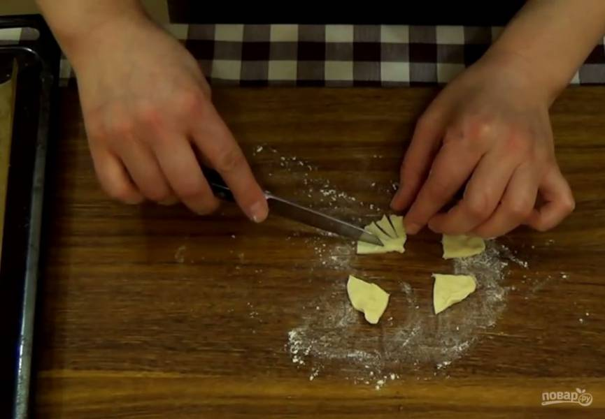 4. Сделайте надрез между ушками лошадки. Заверните надрез на обратную сторону пирожка. Лепешку раскатайте в круг толщиной 3 мм, разрежьте его на 4 части и снова разрежьте на полоски, это будет грива.
