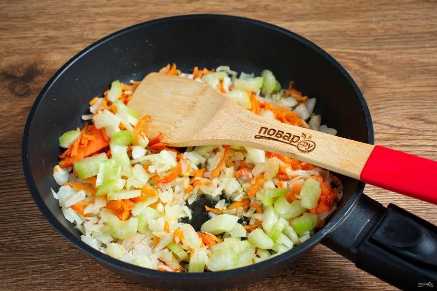 Морковь натрите на крупной терке, лук и чеснок измельчите, сельдерей нарежьте тонкими пластинками. На разогретом масле обжарьте морковь до золотистого цвета. Затем добавьте лук, чеснок и сельдерей, готовьте до мягкости лука.
