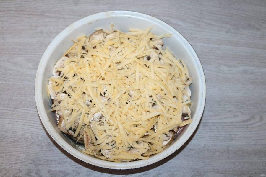 Сверху натрите сыр на крупной тёрке. Отправьте в разогретую духовку до 200 градусов.